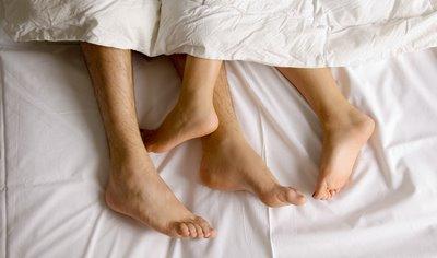 Resultado de imagem para casal na cama ele dormindo
